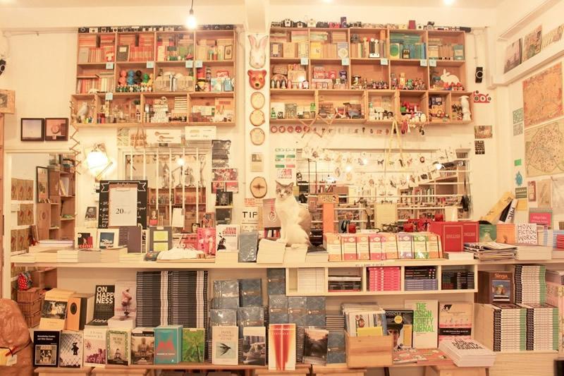 Books Actually - Tiong Bahru (Singapore) 02 - Lande Incantate