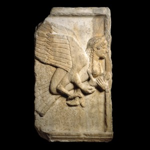Arpia su una tomba Greca - Lande Incantate